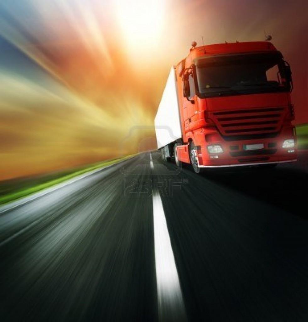 7112198-red-camion-sur-route-asphaltee-blurry-sur-fond-de-ciel-nuageux